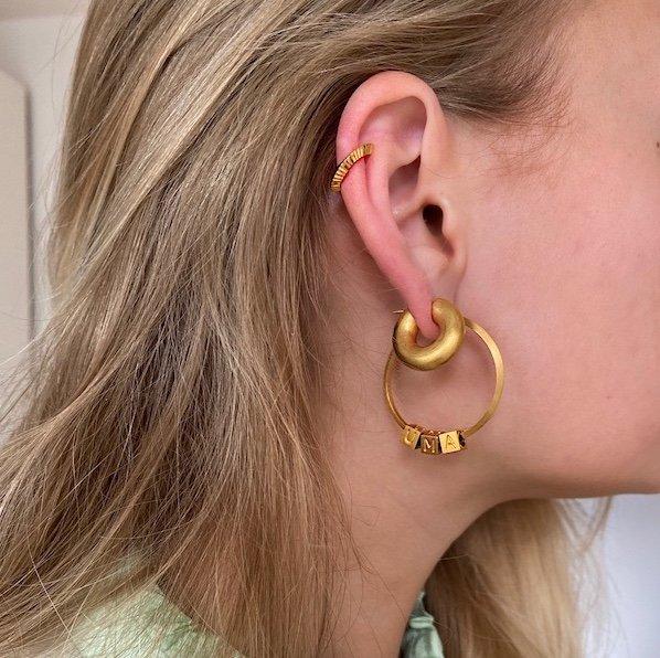 Styling av hoop örhängen