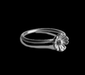 Stor blomring i matt svartrodinerat silver